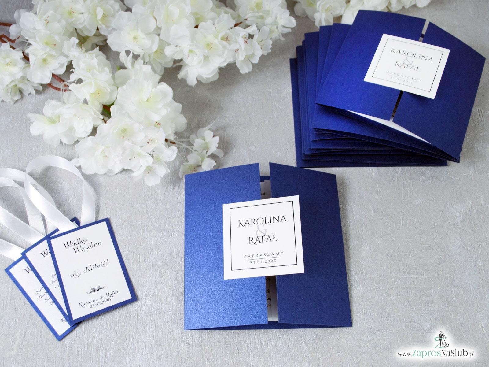 Stylowe zaproszenia ślubne w kolorze niebieskim, rozkładane na trzy części, z przyklejanym wnętrzem oraz motywem tekstowym. ZAP-74-86