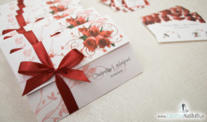 Unikatowe zaproszenia ślubne z kwiatami. Czerwone róże i wstążka w bordowym kolorze. ZAP-93-06
