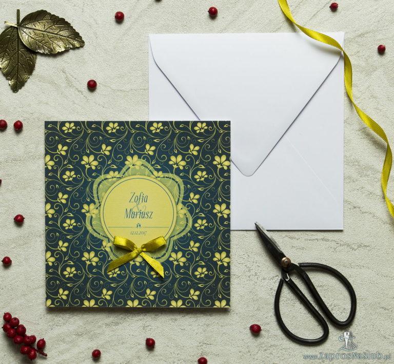 Zaproszenia designerskie – żółto-zielony motyw roślinny z żółtym motywem kwiatowym oraz satynową kokardką. ZAP-11-01 - ZaprosNaSlub