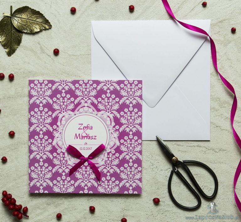 Zaproszenia designerskie – różowo-biały motyw florystyczny z białym motywem kwiatowym oraz satynową kokardką. ZAP-11-02 - ZaprosNaSlub