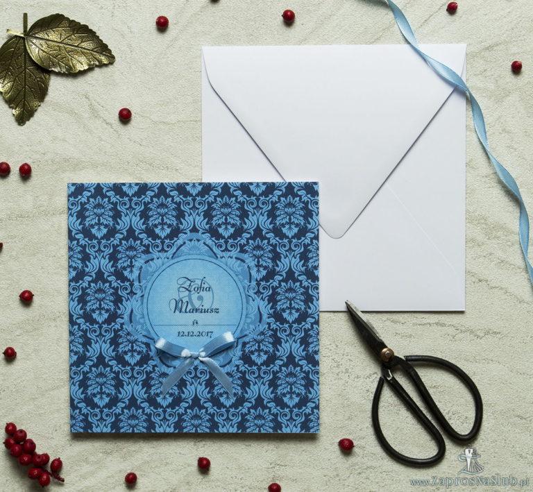 Zaproszenia designerskie – niebieski motyw barokowy z błękitnym motywem kwiatowym oraz satynową kokardką. ZAP-11-03 - ZaprosNaSlub