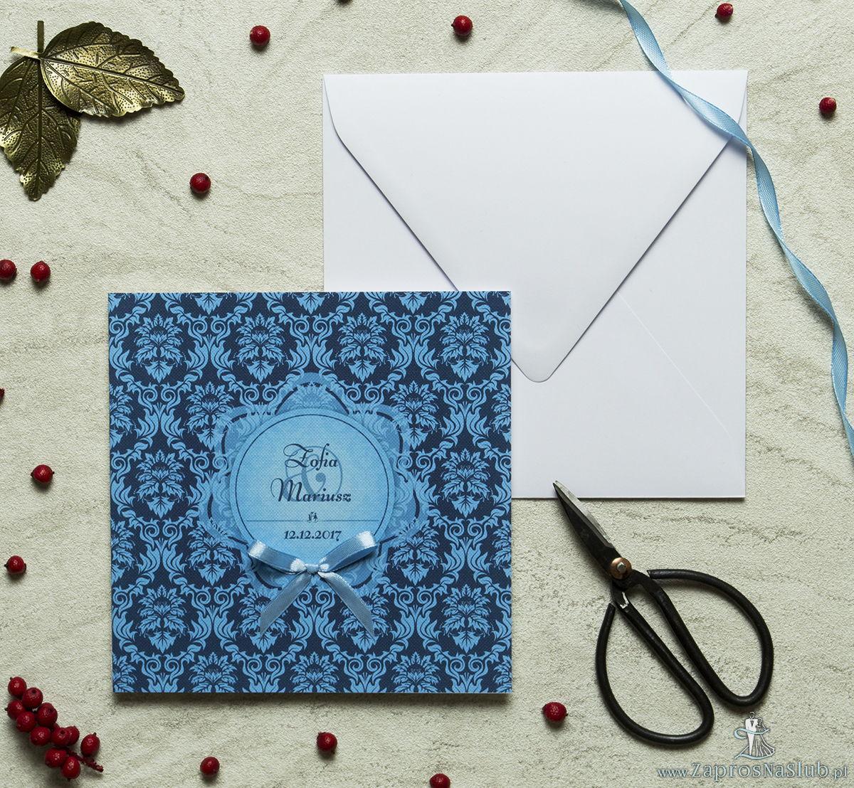 Zaproszenia designerskie - niebieski motyw barokowy z błękitnym motywem kwiatowym oraz satynową kokardką. ZAP-11-03