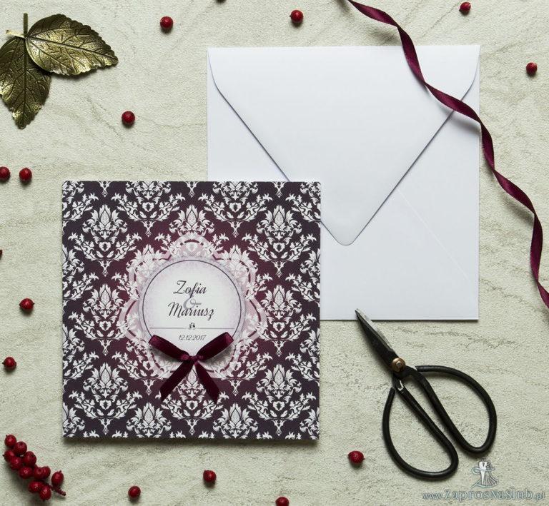 ZaprosNaSlub - Zaproszenia ślubne, personalizowane, boho, rustykalne, kwiatowe księga gości, zawieszki na alkohol, winietki, koperty, plany stołów - Zaproszenia designerskie – karminowy florystyczny damask z jasnym motywem kwiatowym oraz satynową kokardką. ZAP-11-04