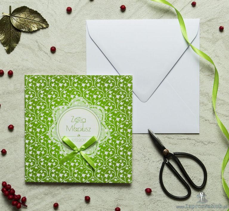 Zaproszenia designerskie – zielono-biały motyw roślinny z białym motywem kwiatowym oraz satynową kokardką. ZAP-11-05 - ZaprosNaSlub