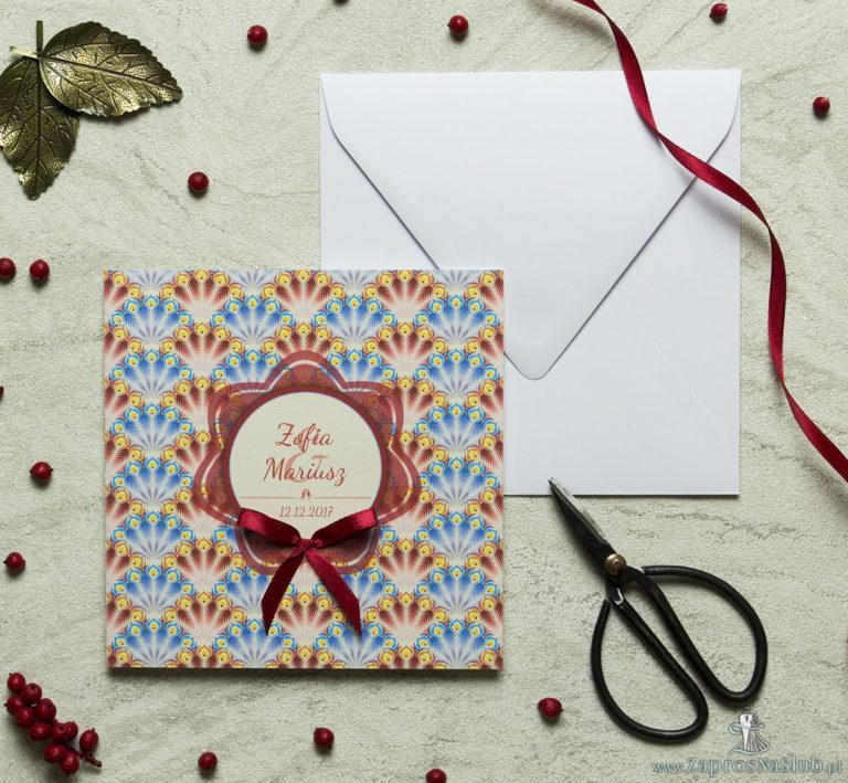 Zaproszenia designerskie – czerwone i niebieskie pawie pióra z wielobarwnym motywem kwiatowym oraz satynową kokardką. ZAP-11-08 - ZaprosNaSlub