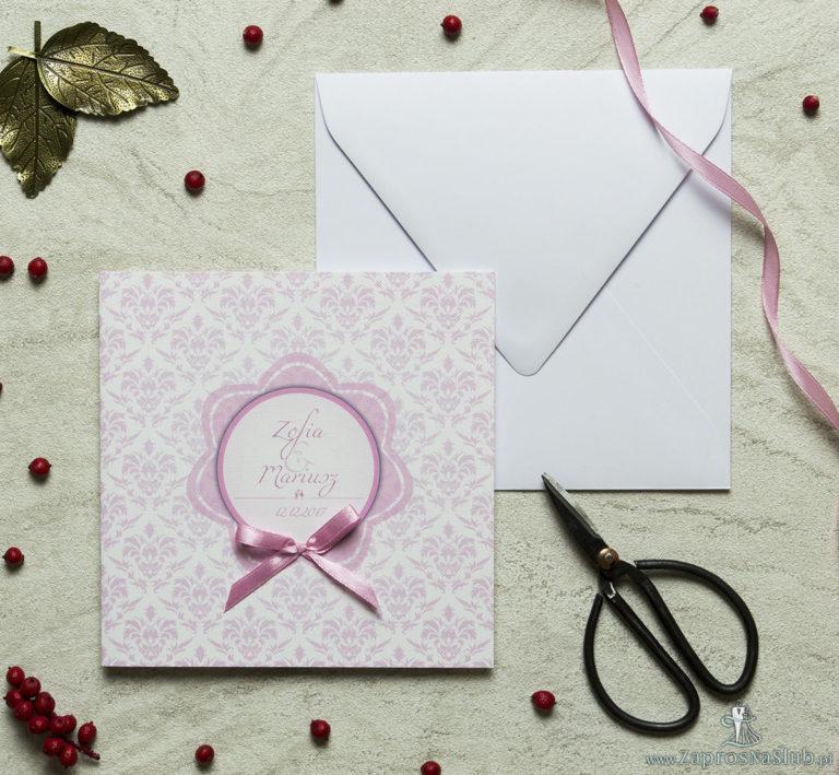 Zaproszenia designerskie – różowy barokowy damask z biało-różowym motywem kwiatowym oraz satynową kokardką. ZAP-11-12 - ZaprosNaSlub
