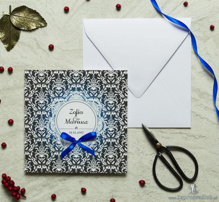 Zaproszenia designerskie – czarno-biały elegancki damask z błękitną poświatą i białym motywem kwiatowym oraz satynową kokardką. ZAP-11-13 - ZaprosNaSlub