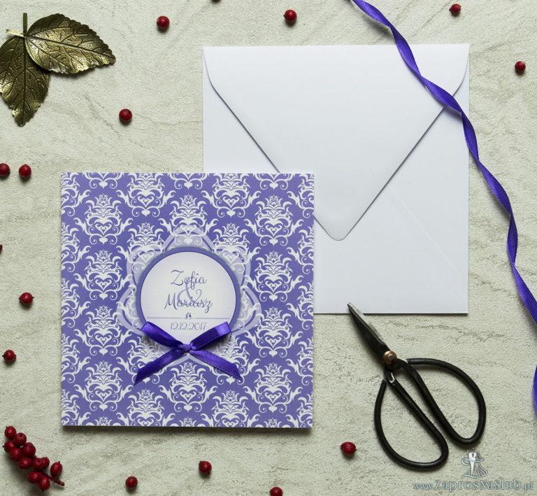 ZaprosNaSlub - Zaproszenia ślubne, personalizowane, boho, rustykalne, kwiatowe księga gości, zawieszki na alkohol, winietki, koperty, plany stołów - Zaproszenia designerskie – fioletowo-biały ozdobny damask z trójkolorowym motywem kwiatowym oraz satynową kokardką. ZAP-11-14