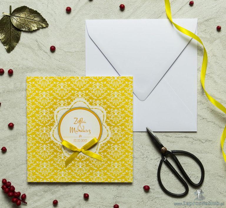 Zaproszenia designerskie – żółto-biała dekoracja z trójkolorowym motywem kwiatowym oraz satynową kokardką. ZAP-11-15 - ZaprosNaSlub