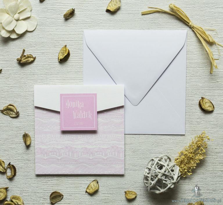 Zaproszenia z biało-różowymi dekoracyjnymi paskami w kształcie koperty. ZAP-15-07 - ZaprosNaSlub