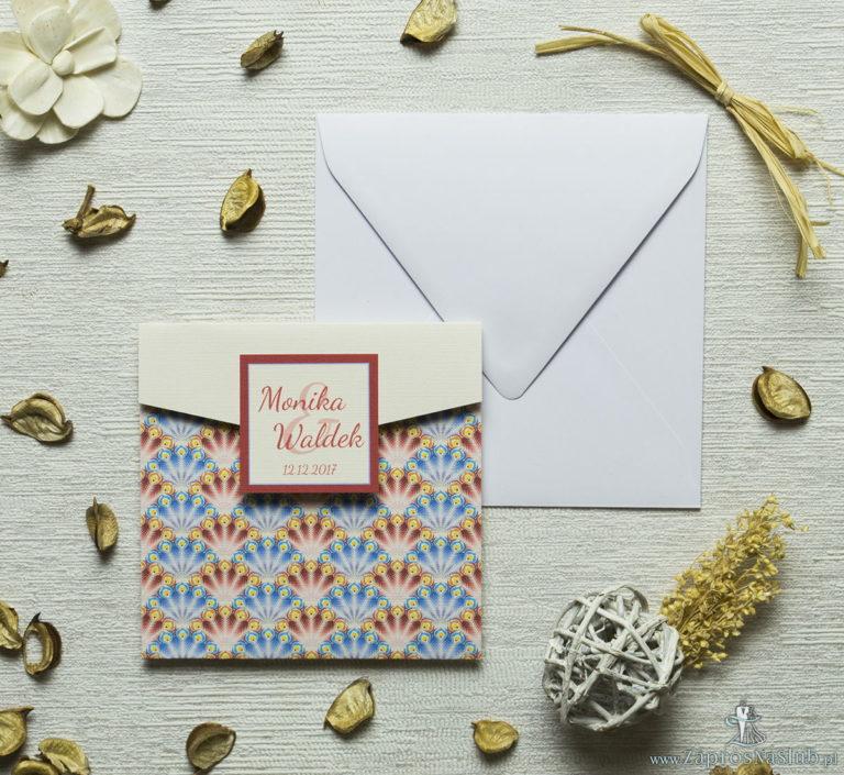 ZaprosNaSlub - Zaproszenia ślubne, personalizowane, boho, rustykalne, kwiatowe księga gości, zawieszki na alkohol, winietki, koperty, plany stołów - Zaproszenia z czerwonymi i niebieskimi pawimi piórami w kształcie koperty. ZAP-15-08