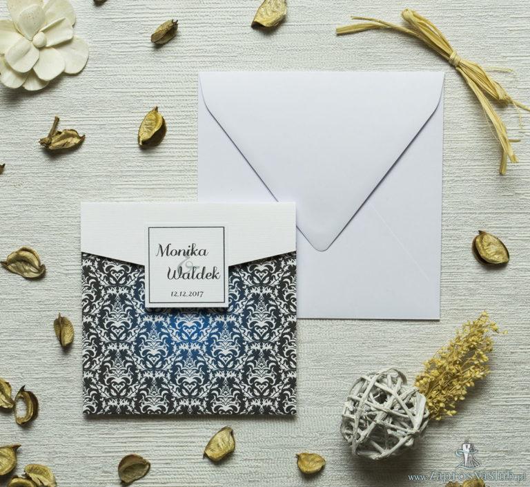 Zaproszenia z czarno-białym eleganckim damaskiem z błękitną poświatą w kształcie koperty. ZAP-15-13 - ZaprosNaSlub