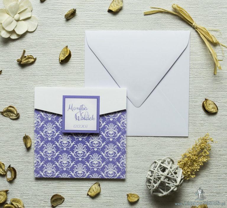 ZaprosNaSlub - Zaproszenia ślubne, personalizowane, boho, rustykalne, kwiatowe księga gości, zawieszki na alkohol, winietki, koperty, plany stołów - Zaproszenia z fioletowo-biały ozdobny damask w kształcie koperty. ZAP-15-14