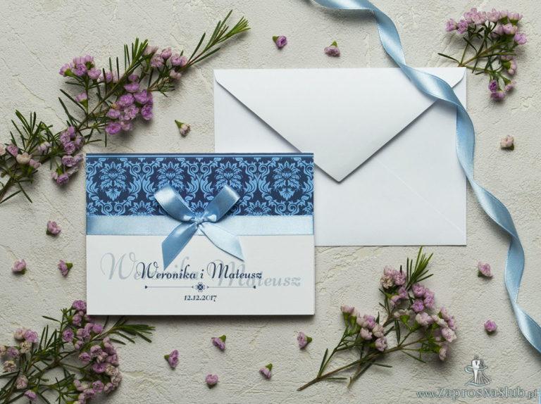 Zaproszenia z niebieskim motywem barokowym, satynową wstążką oraz kokardką. ZAP-17-03 - ZaprosNaSlub