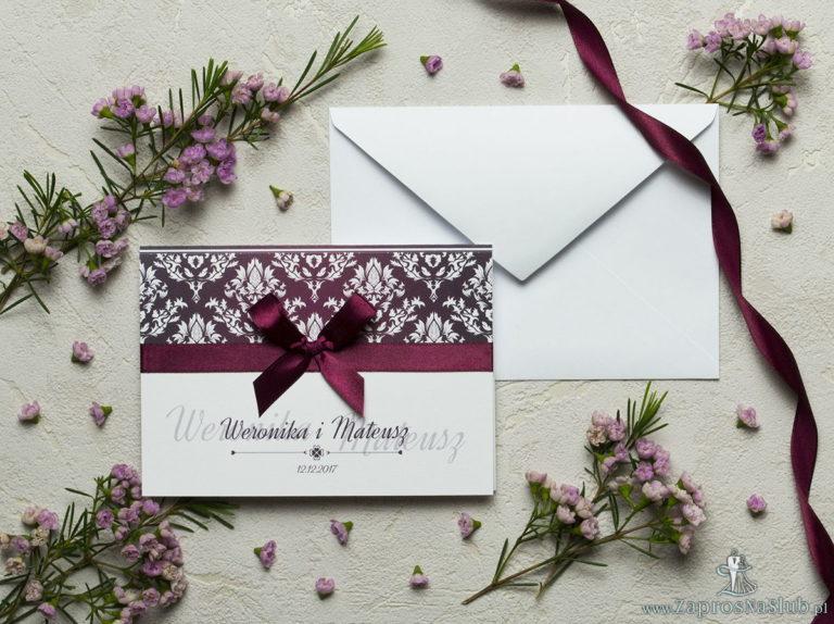 Zaproszenia z karminowym florystycznym damaskiem z jasnym motywem kwiatowym, satynową wstążką oraz kokardką. ZAP-17-04