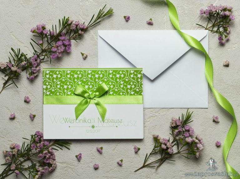 Zaproszenia z zielono-białym motywem roślinnym, satynową wstążką oraz kokardką. ZAP-17-05 - ZaprosNaSlub