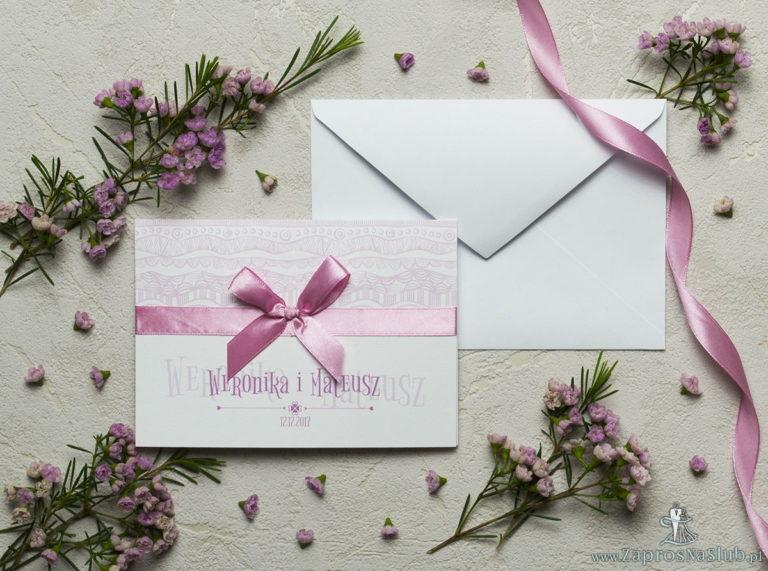 Zaproszenia z biało-różowymi dekoracyjnymi paskami, satynową wstążką oraz kokardką. ZAP-17-07 - ZaprosNaSlub