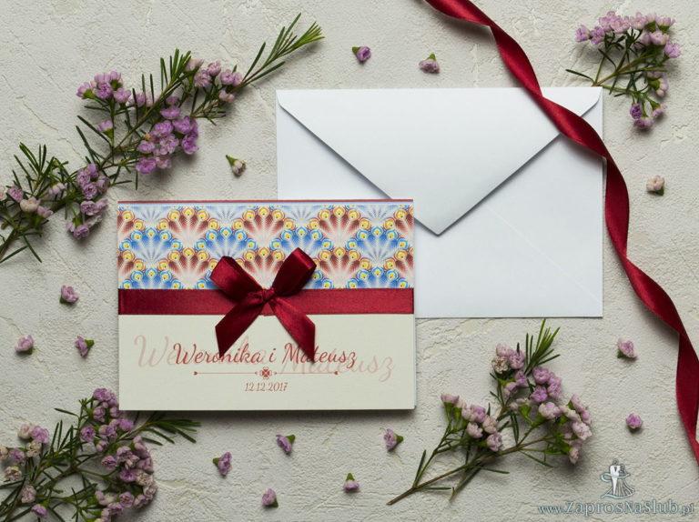 ZaprosNaSlub - Zaproszenia ślubne, personalizowane, boho, rustykalne, kwiatowe księga gości, zawieszki na alkohol, winietki, koperty, plany stołów - Zaproszenia z czerwonymi i niebieskimi pawimi piórami, satynową wstążką oraz kokardką. ZAP-17-08