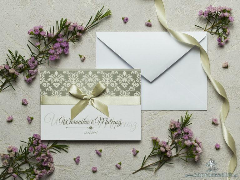 Zaproszenia z brązowo-kremowym ornamentem barokowym, satynową wstążką oraz kokardką. ZAP-17-09 - ZaprosNaSlub