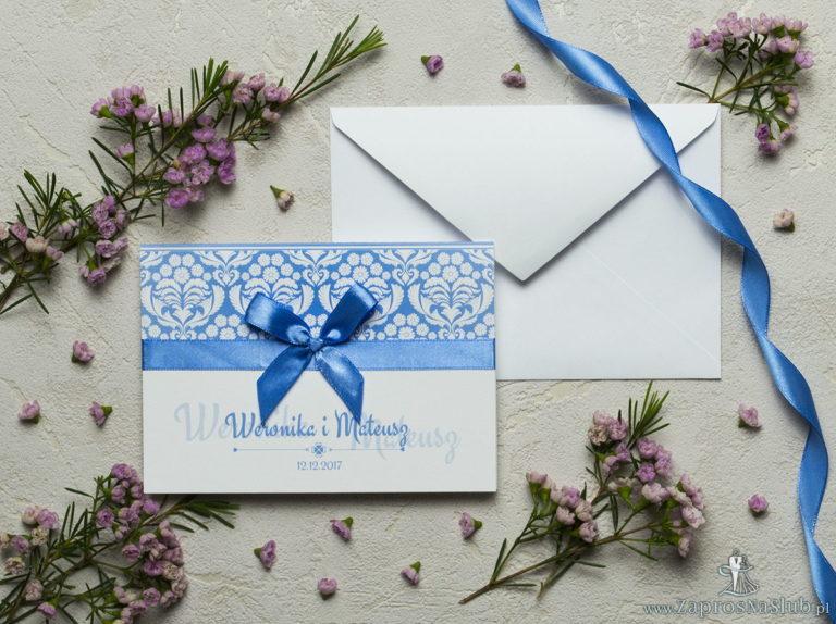 Zaproszenia z błękitno-białym ornamentem florystycznym, satynową wstążką oraz kokardką. ZAP-17-10 - ZaprosNaSlub