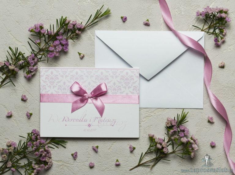Zaproszenia z różowym barokowym damaskiem, satynową wstążką oraz kokardką. ZAP-17-12 - ZaprosNaSlub