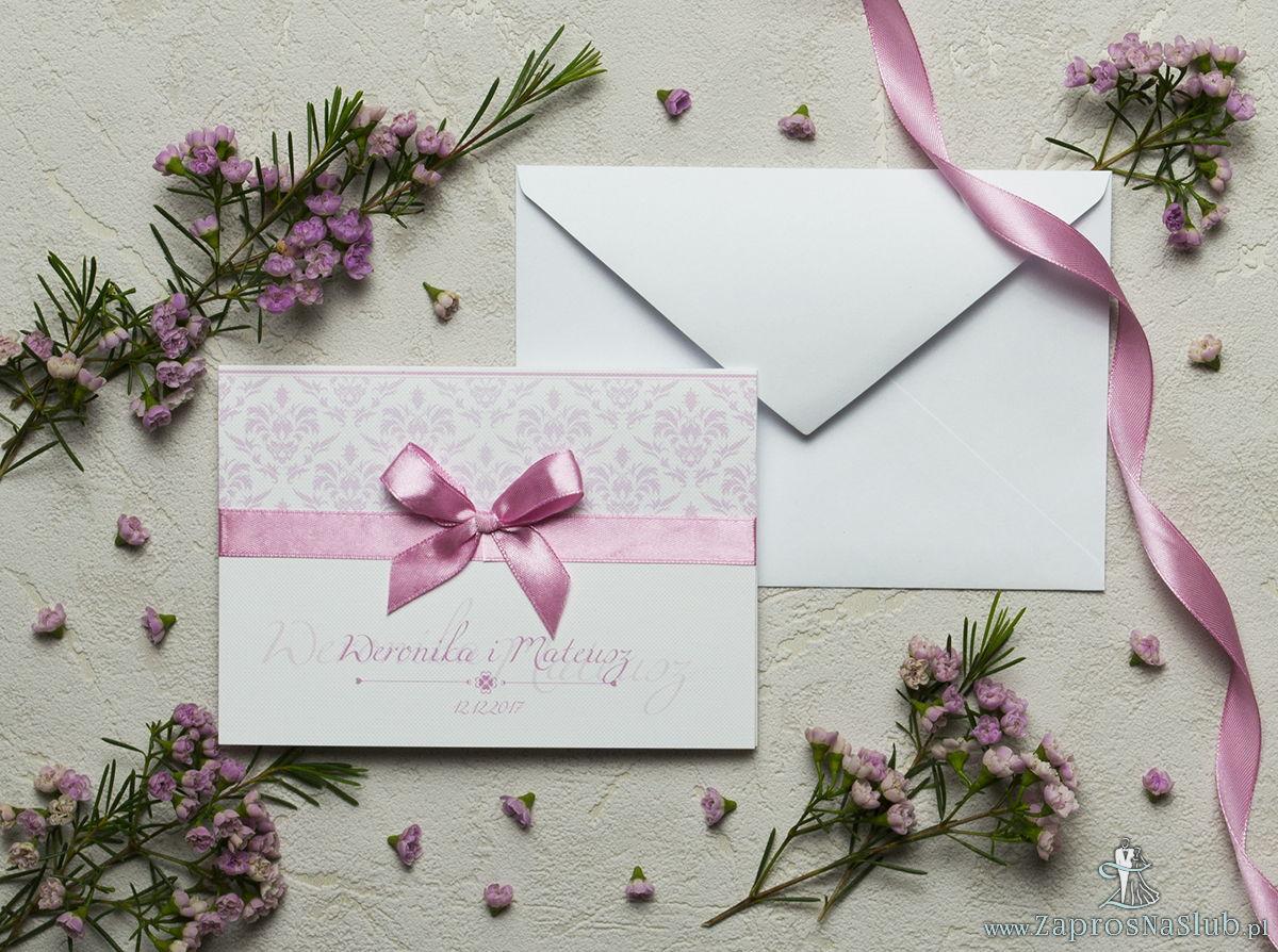Zaproszenia z różowym barokowym damaskiem, satynową wstążką oraz kokardką. ZAP-17-12