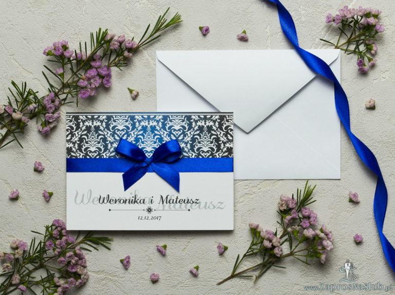 Zaproszenia z czarno-białym eleganckim damaskiem z błękitną poświatą, satynową wstążką oraz kokardką. ZAP-17-13 - ZaprosNaSlub