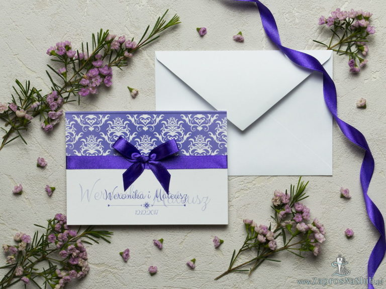 ZaprosNaSlub - Zaproszenia ślubne, personalizowane, boho, rustykalne, kwiatowe księga gości, zawieszki na alkohol, winietki, koperty, plany stołów - Zaproszenia z fioletowo-białym ozdobnym damaskiem, satynową wstążką oraz kokardką. ZAP-17-14