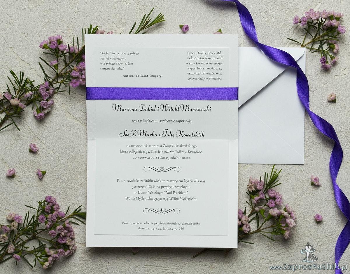Zaproszenia z fioletowo-białym ozdobnym damaskiem, satynową wstążką oraz kokardką. ZAP-17-14