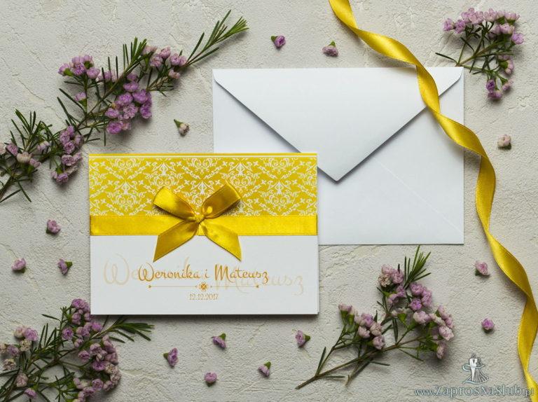 Zaproszenia z żółto-białym motywem dekoracyjnym, satynową wstążką oraz kokardką. ZAP-17-15 - ZaprosNaSlub