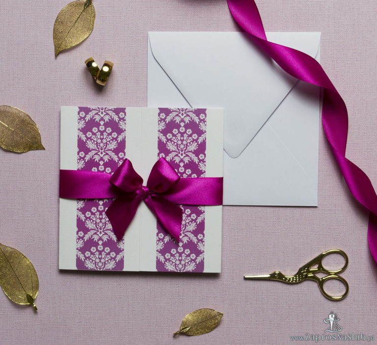 Zaproszenia z różowo-białym motywem florystycznym, przewiązane wstążką po środku. ZAP-21-02 - ZaprosNaSlub