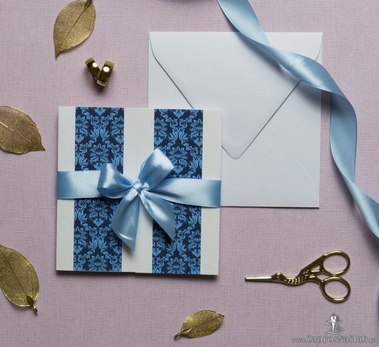 Zaproszenia z niebieskim motywem barokowym, przewiązane wstążką po środku. ZAP-21-03 - ZaprosNaSlub