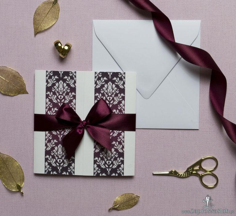 ZaprosNaSlub - Zaproszenia ślubne, personalizowane, boho, rustykalne, kwiatowe księga gości, zawieszki na alkohol, winietki, koperty, plany stołów - Zaproszenia z karminowym florystycznym damaskiem, przewiązane wstążką po środku. ZAP-21-04