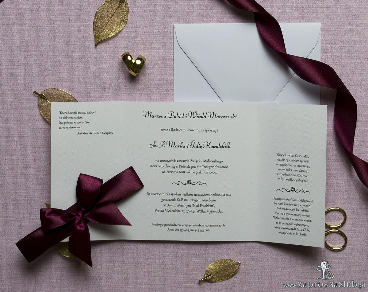 Zaproszenia z karminowym florystycznym damaskiem, przewiązane wstążką po środku. ZAP-21-04