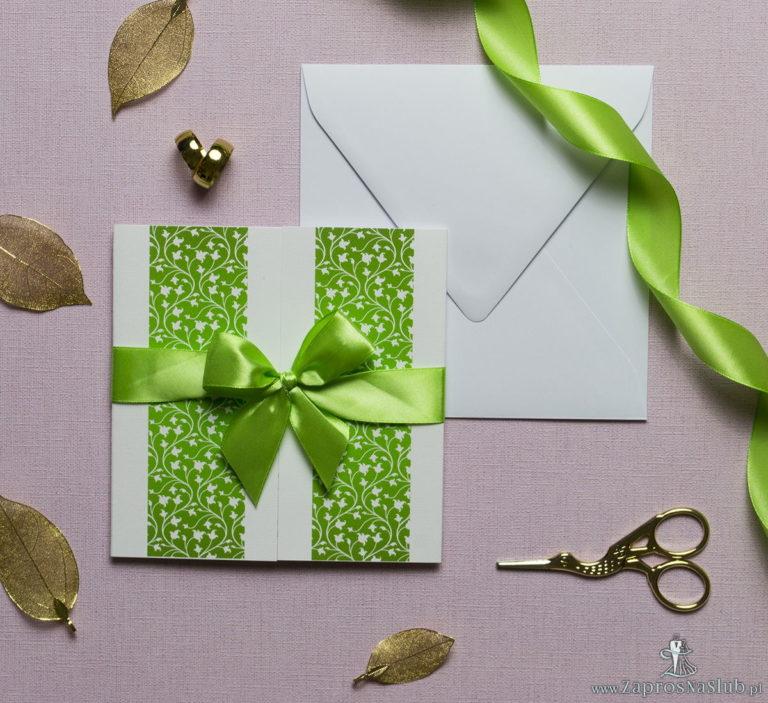 Zaproszenia z zielono-białym motywem roślinnym, przewiązane wstążką po środku. ZAP-21-05 - ZaprosNaSlub