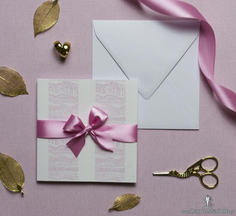Zaproszenia z biało-różowymi dekoracyjnymi paskami, przewiązane wstążką po środku. ZAP-21-07 - ZaprosNaSlub