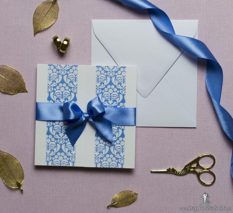 Zaproszenia z błękitno-białym ornamentem florystycznym, przewiązane wstążką po środku. ZAP-21-10 - ZaprosNaSlub