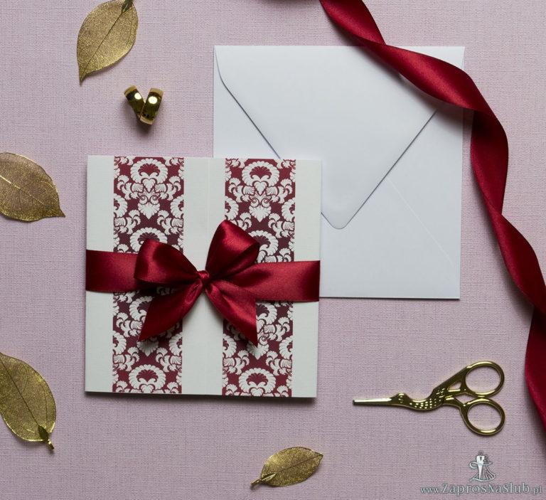 Zaproszenia z czerwono-białym ozdobnym ornamentem, przewiązane wstążką po środku. ZAP-21-11 - ZaprosNaSlub