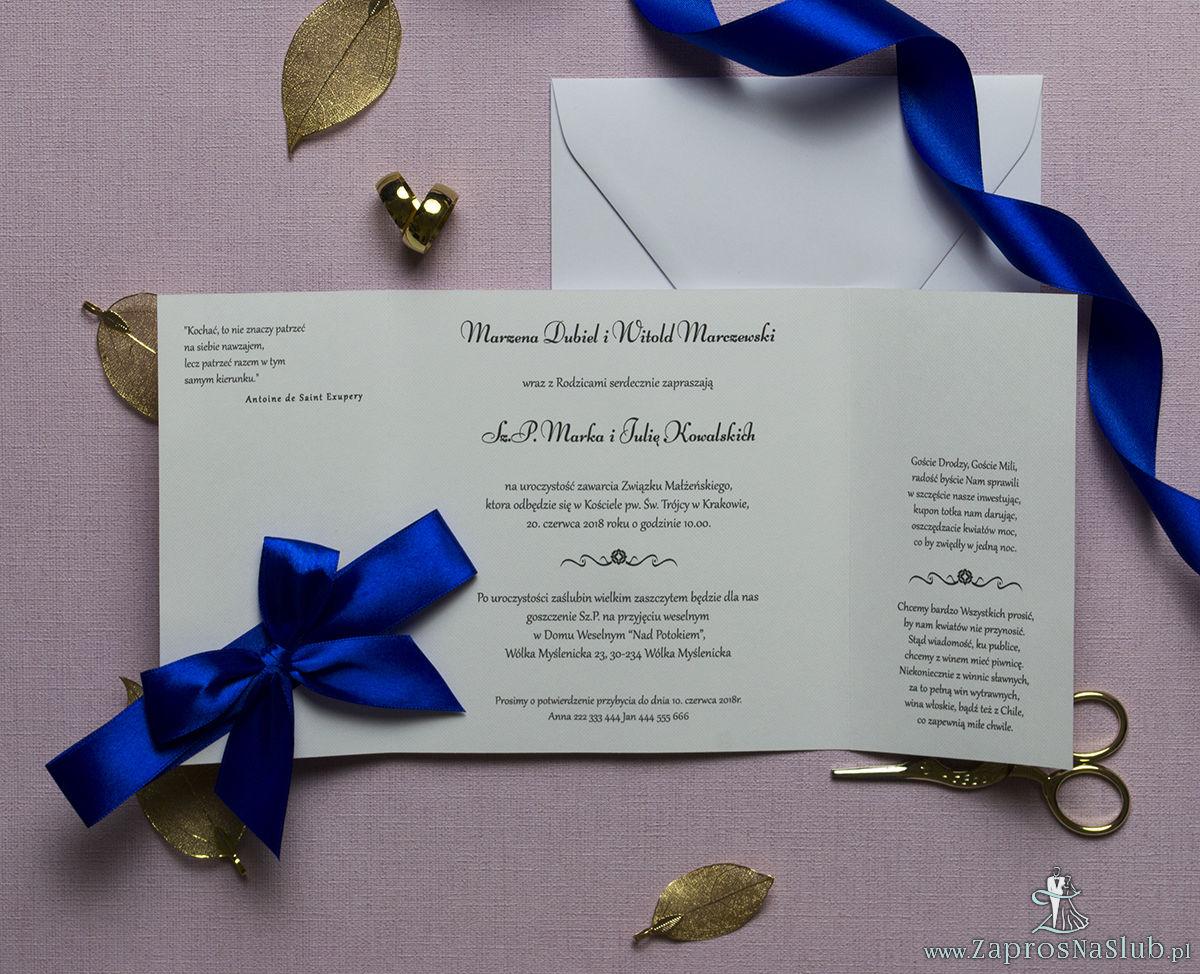 Zaproszenia z czarno-białym eleganckim damaskiem z błękitną poświatą, przewiązane wstążką po środku. ZAP-21-13