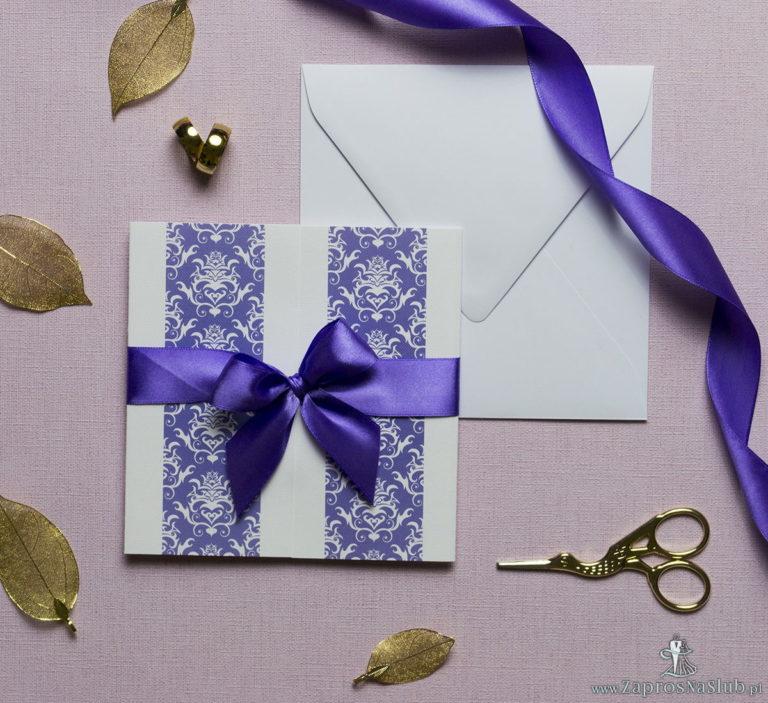 Zaproszenia z fioletowo-białym ozdobnym damaskiem, przewiązane wstążką po środku. ZAP-21-14 - ZaprosNaSlub