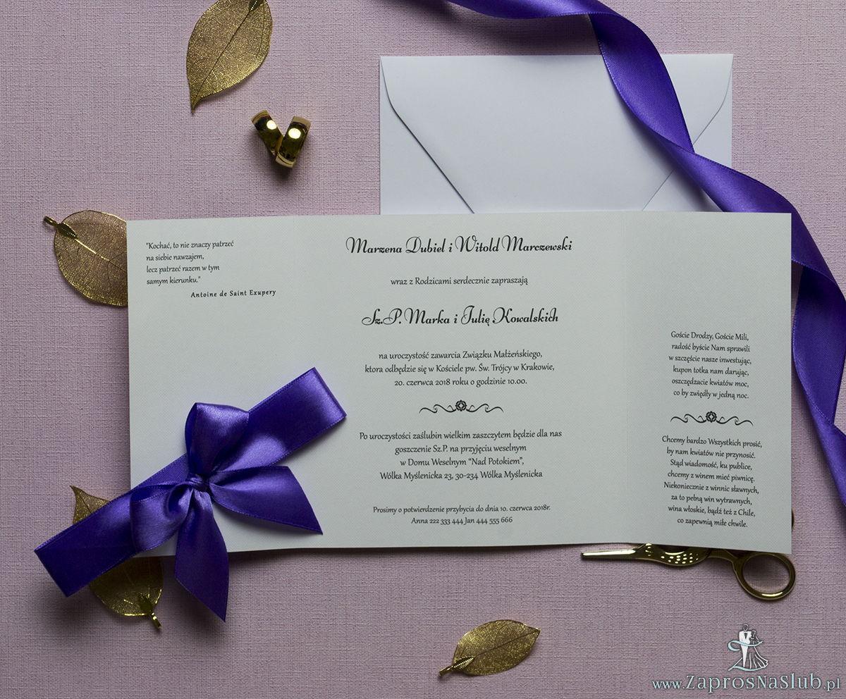 Zaproszenia z fioletowo-białym ozdobnym damaskiem, przewiązane wstążką po środku. ZAP-21-14