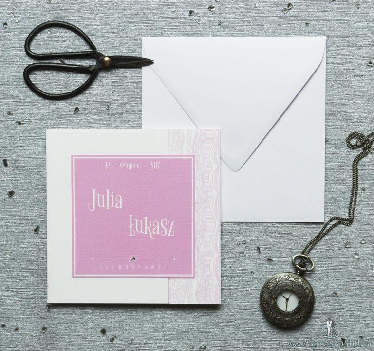 Rozkładane na trzy części zaproszenie z biało-różowymi dekoracyjnymi paskami i cyrkonią. ZAP-24-07 - ZaprosNaSlub