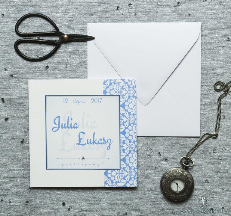 Rozkładane na trzy części zaproszenie z błękitno-białym ornamentem florystycznym i cyrkonią. ZAP-24-10 - ZaprosNaSlub