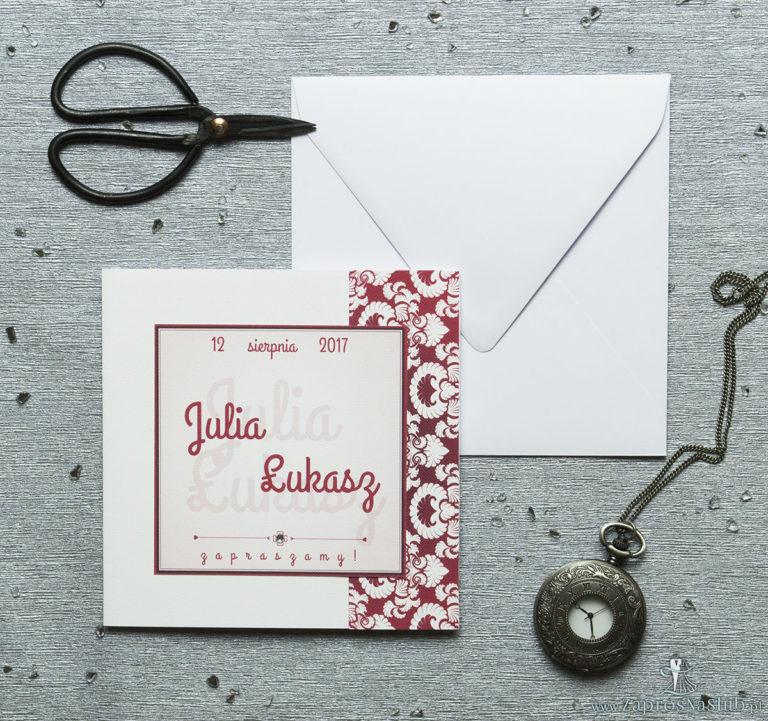 Rozkładane na trzy części zaproszenie z czerwono-białym ozdobnym ornamentem i cyrkonią. ZAP-24-11 - ZaprosNaSlub