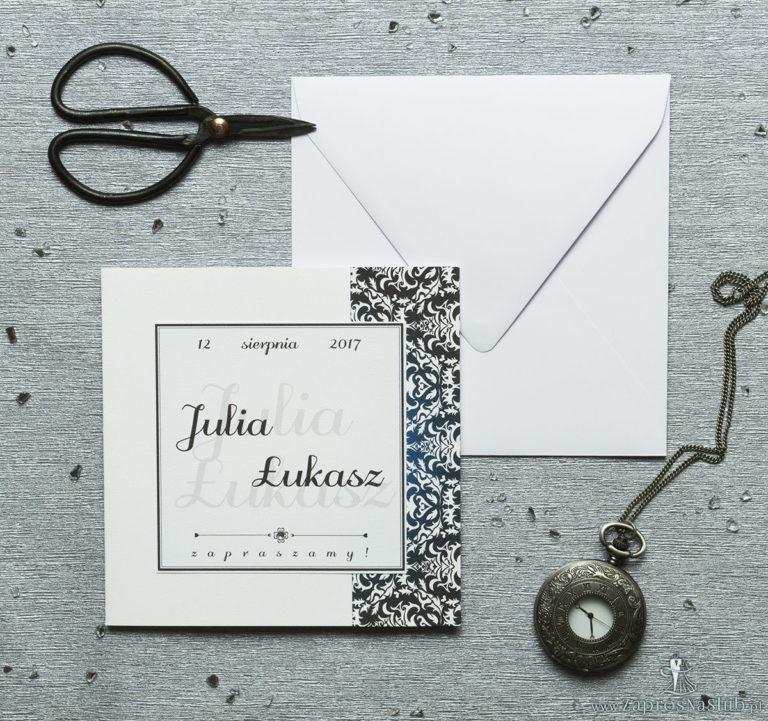 Rozkładane na trzy części zaproszenie z czarno-białym eleganckim damaskiem z błękitna poświatą i cyrkonią. ZAP-24-13 - ZaprosNaSlub