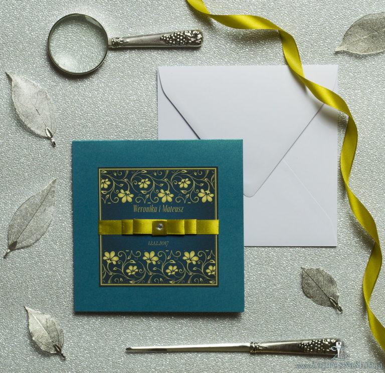Bardzo eleganckie zaproszenia z żółto-zielonym motywem roślinnym, perłowym papierem, wklejanym wnętrzem, satynową wstążką oraz cyrkonią. ZAP-25-84 - ZaprosNaSlub