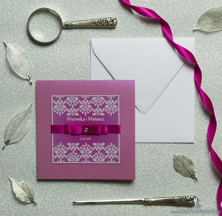 Bardzo eleganckie zaproszenia z różowo-białym motywem florystycznym, perłowym papierem, wklejanym wnętrzem, satynową wstążką oraz cyrkonią. ZAP-25-82 - ZaprosNaSlub