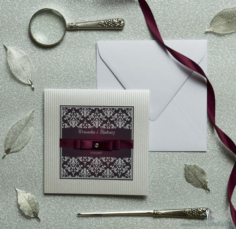 Bardzo eleganckie zaproszenia z karminowym florystycznym damaskiem, papierem srebrnym w paski, wklejanym wnętrzem, satynową wstążką oraz cyrkonią. ZAP-25-92 - ZaprosNaSlub