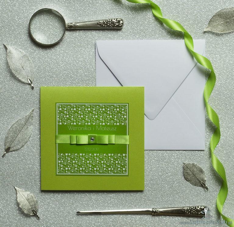 Bardzo eleganckie zaproszenia z zielono-białym motywem roślinnym, perłowym papierem, wklejanym wnętrzem, satynową wstążką oraz cyrkonią. ZAP-25-72 - ZaprosNaSlub