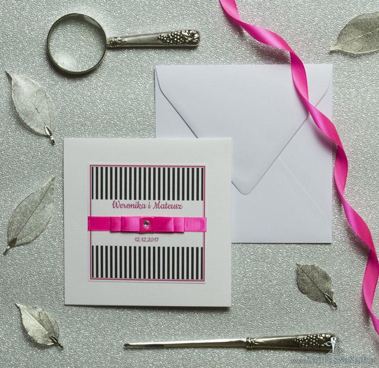 Bardzo eleganckie zaproszenia z czarno-białymi paskami, różowymi elementami, papierem ryps, wklejanym wnętrzem, satynową wstążką oraz cyrkonią. ZAP-25-68 - ZaprosNaSlub